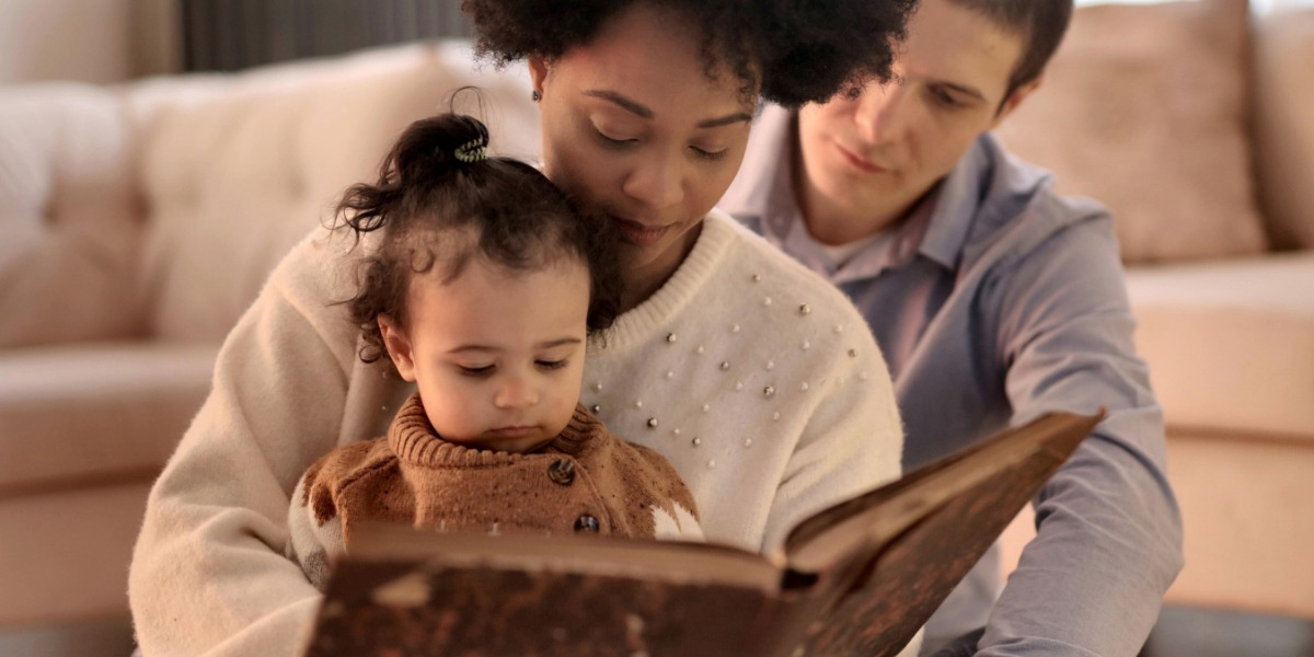EasyPeasy parents reading to their child